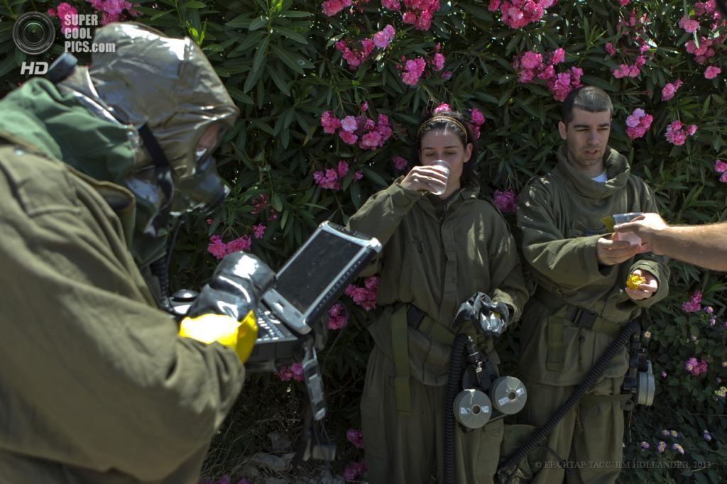Израиль. Холон, Тель-Авивский округ. 28 мая. Часть трехдневных общенациональных учений по гражданской обороне «Поворотный момент 7». (EPA/ИТАР-ТАСС/JIM HOLLANDER)