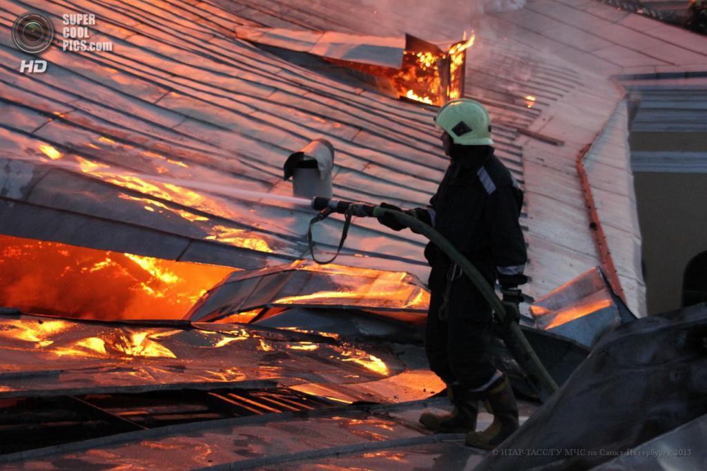 Россия. Санкт-Петербург. 30 мая. Во время тушения пожара в здании Санкт-Петербургского государственного технического университета. (ИТАР-ТАСС/ГУ МЧС по Санкт-Петербургу)