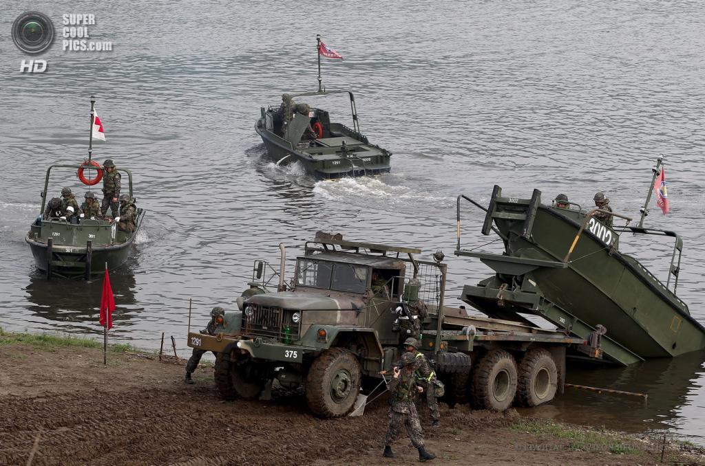 Южная Корея. Йончхон. 30 мая. Военнослужащие пехотных войск армии США и инженерной бригады Южной Кореи во время совместных военных учений. (EPA/ИТАР-ТАСС/JEON HEON-KYUN)
