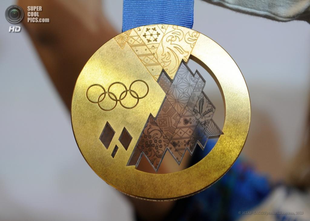 Россия. Санкт-Петербург. 30 мая. Золотая медаль на презентации комплекта медалей Олимпийских и Паралимпийских игр 2014 года. (ИТАР-ТАСС/Руслан Шамуков)