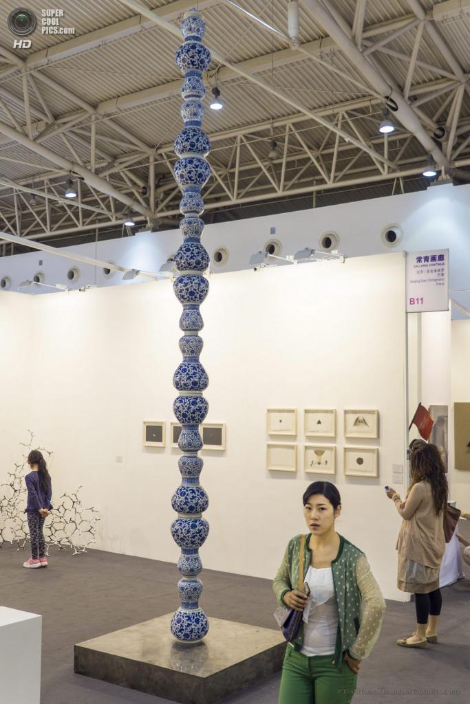 Китай. Пекин. «Китайская ваза» камеруно-бельгийского скульптора Колонна Паскаля. (EPA/ИТАР-ТАСС/ADRIAN BRADSHAW)