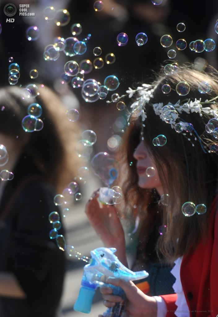 Россия. Москва. 2 мая. Участники ежегодного парада мыльных пузырей Dreamflash 2013 на ВВЦ. (ИТАР-ТАСС/Сергей Фадеичев)