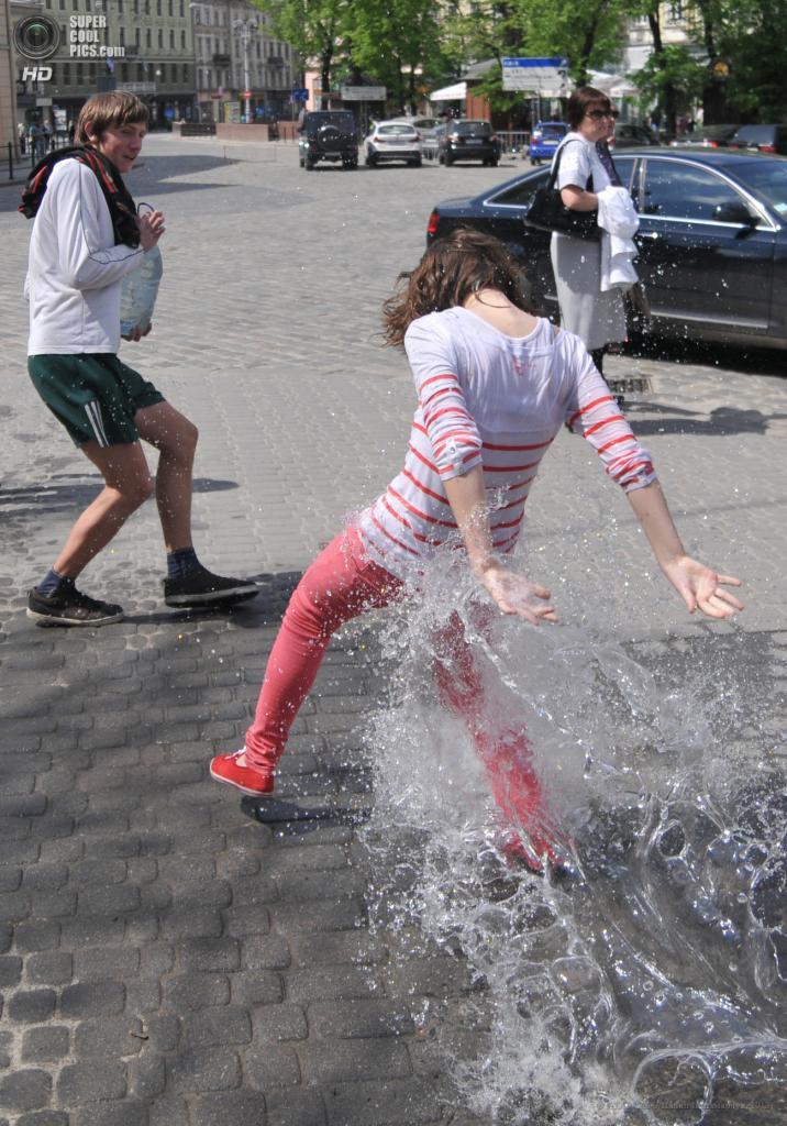 Украина. Львов. 6 мая. Во время акции «Поливальный понедельник». (ИТАР-ТАСС/Павел Паламарчук)