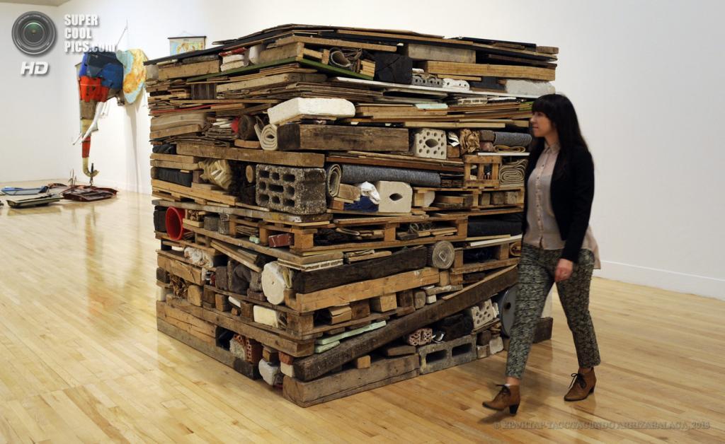 Великобритания. Лондон. 13 мая. Работница галереи у инсталляции Тони Крэгга «Stack» на пресс-показе выставки «Walk Through British Art» в галерее Тейт-Британия. (EPA/ИТАР-ТАСС/FACUNDO ARRIZABALAGA)