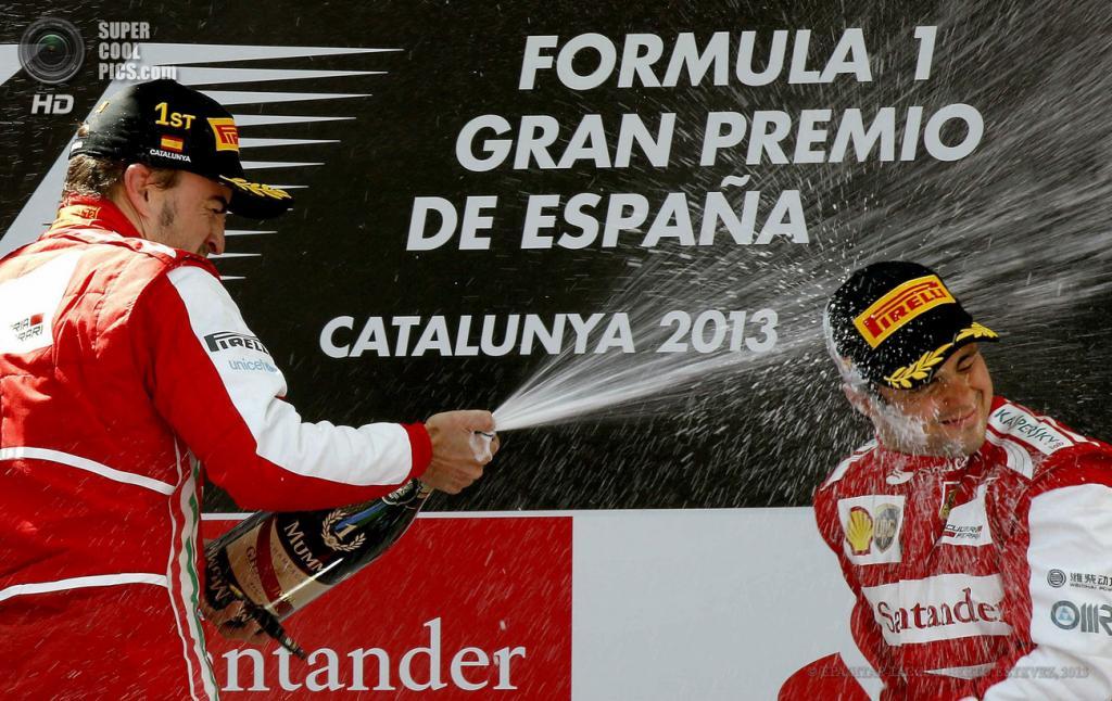 Испания. Монтмело, Каталония. 12 мая. Гонщики команды Scuderia Ferrari Фернандо Алонсо и Фелипе Масса празднуют победу на Гран-при Испании. (EPA/ИТАР-ТАСС/ALBERTO ESTEVEZ)