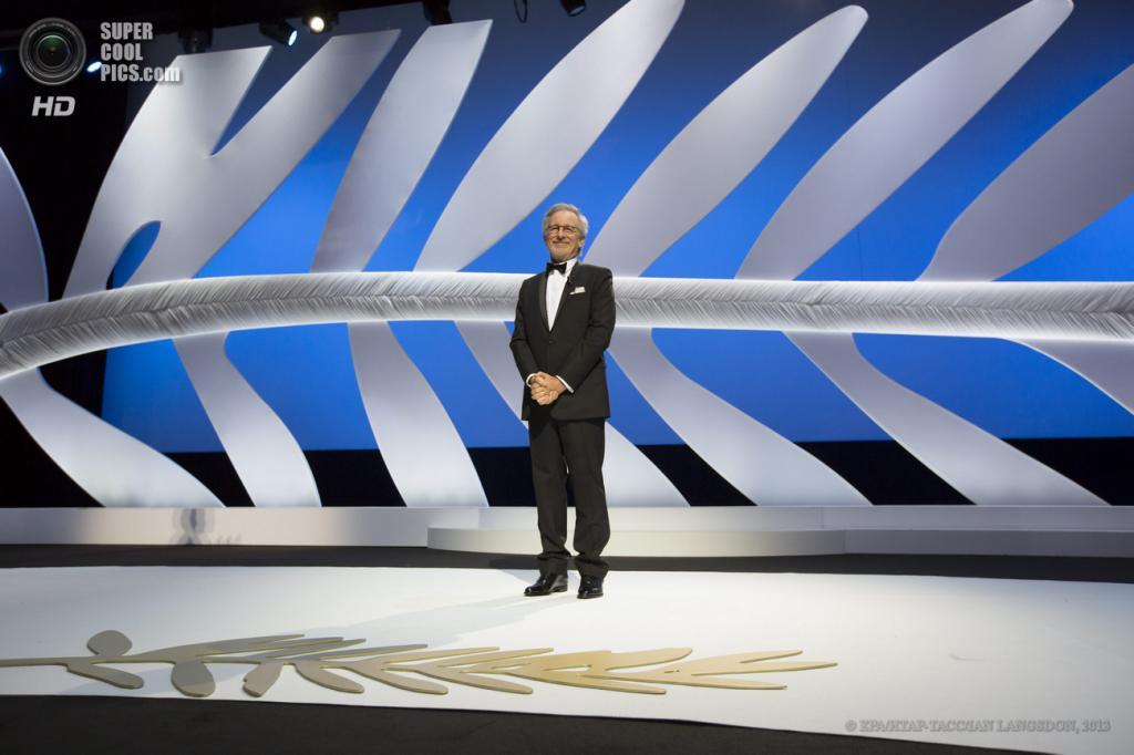 Франция. Канны. 15 мая. Председатель жюри, американский режиссер Стивен Спилберг на церемонии открытия 66-го Каннского кинофестиваля. (EPA/ИТАР-ТАСС/IAN LANGSDON)