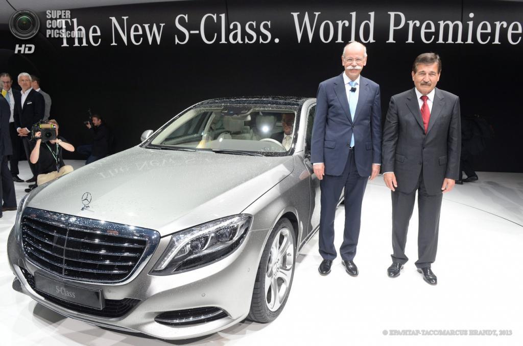 Германия. Гамбург. 15 мая. Председатель правления Daimler AG Дитер Цетше (слева) и член совета директоров Daimler AG Манфред Бишофф на презентации нового седана Mercedes-Benz S-Class. (EPA/ИТАР-ТАСС/MARCUS BRANDT)