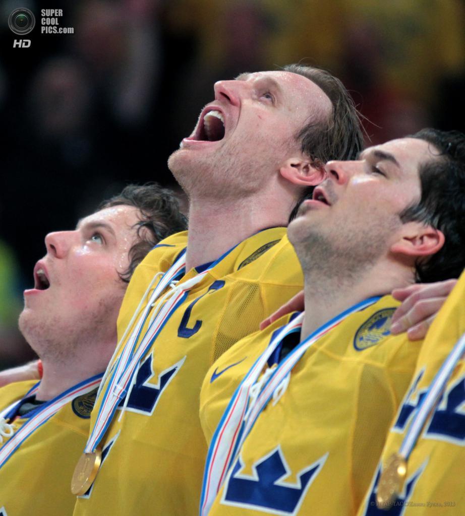 Швеция. Стокгольм. 19 мая. Гимн в исполнении игроков сборной Швеции. (ИТАР-ТАСС/Елена Руско)
