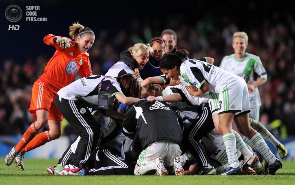 Великобритания. Лондон. 23 мая. Футболистки «Вольфсбурга» празднуют победу в Лиге чемпионов УЕФА среди женщин. (EPA/ИТАР-ТАСС/ANDY RAIN)