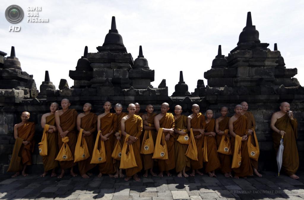 Индонезия. Магеланг, Центральная Ява. 25 мая. Путешествие к буддийской ступе Боробудур на праздник Весак. (EPA/ИТАР-ТАСС/MAST IRHAM)
