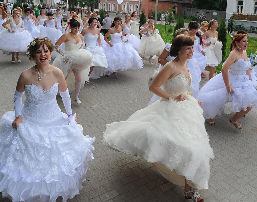 Акция «Сбежавшие невесты» в Рязани (8 фото + видео)