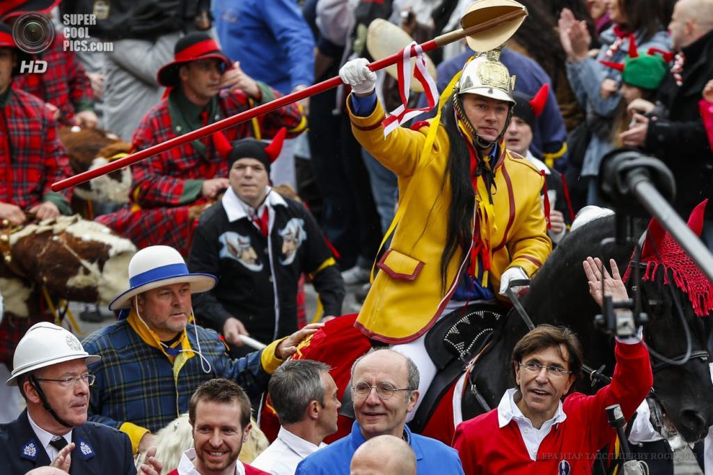 Бельгия. Монс, Эно. 26 мая. Премьер-министр Бельгии Элио Ди Рупо (в красном справа) машет рукой публике на фестивале «Дуду». (EPA/ИТАР-ТАСС/THIERRY ROGE)