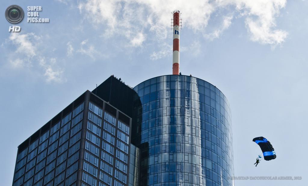 Германия. Франкфурт-на-Майне, Гессен. 25 мая. Бейсджампер спускается с парашютом во время Фестиваля небоскребов. (EPA/ИТАР-ТАСС/NICOLAS ARMER)