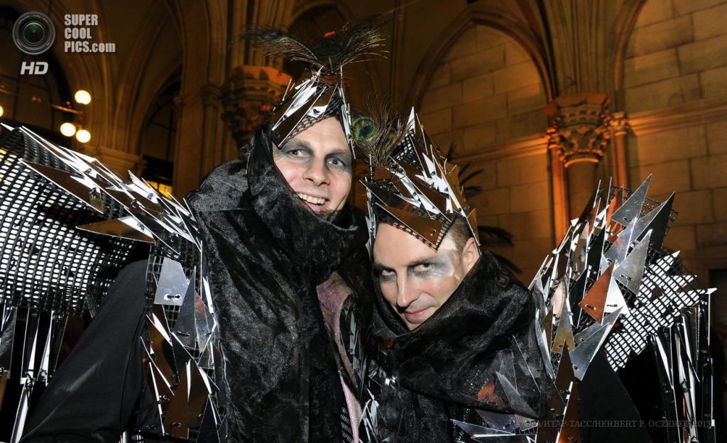 Австрия. Вена. 25 мая. Гости в маскарадных костюмах прибывают на благотворительный «Бал жизни». (EPA/ИТАР-ТАСС/HERBERT P. OCZERET)