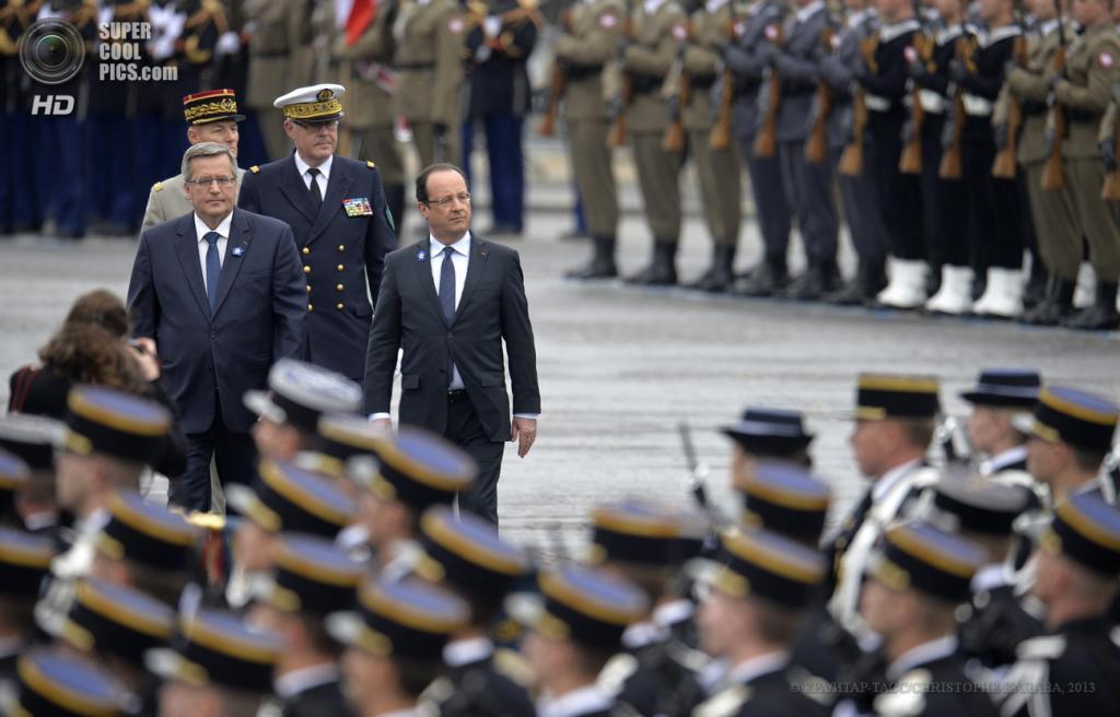 Франция. Париж. 8 мая. Президент Польши Бронислав Коморовский и президент Франции Франсуа Олланд (слева направо) во время торжественной церемонии по случаю 68-й годовщины окончания Второй мировой войны. (EPA/ИТАР-ТАСС/CHRISTOPHE KARABA)
