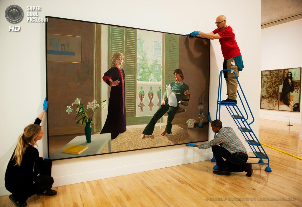 Великобритания. Лондон. 13 мая. Работники галереи вешают картину Дэвида Хокни «Mr and Mrs Clark and Percy» на пресс-показе выставки «Walk Through British Art» в галерее Тейт-Британия. (EPA/ИТАР-ТАСС/FACUNDO ARRIZABALAGA)