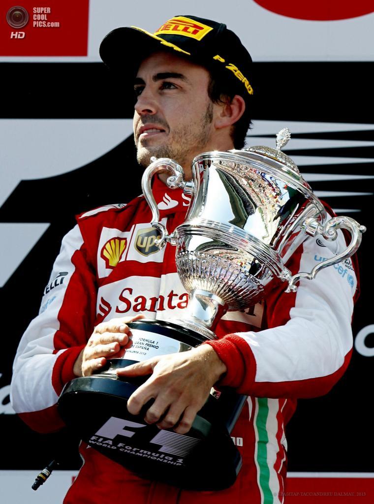 Испания. Монтмело, Каталония. 12 мая. Гонщик команды Scuderia Ferrari Фернандо Алонсо празднует победу на Гран-при Испании. (EPA/ИТАР-ТАСС/ANDREU DALMAU)