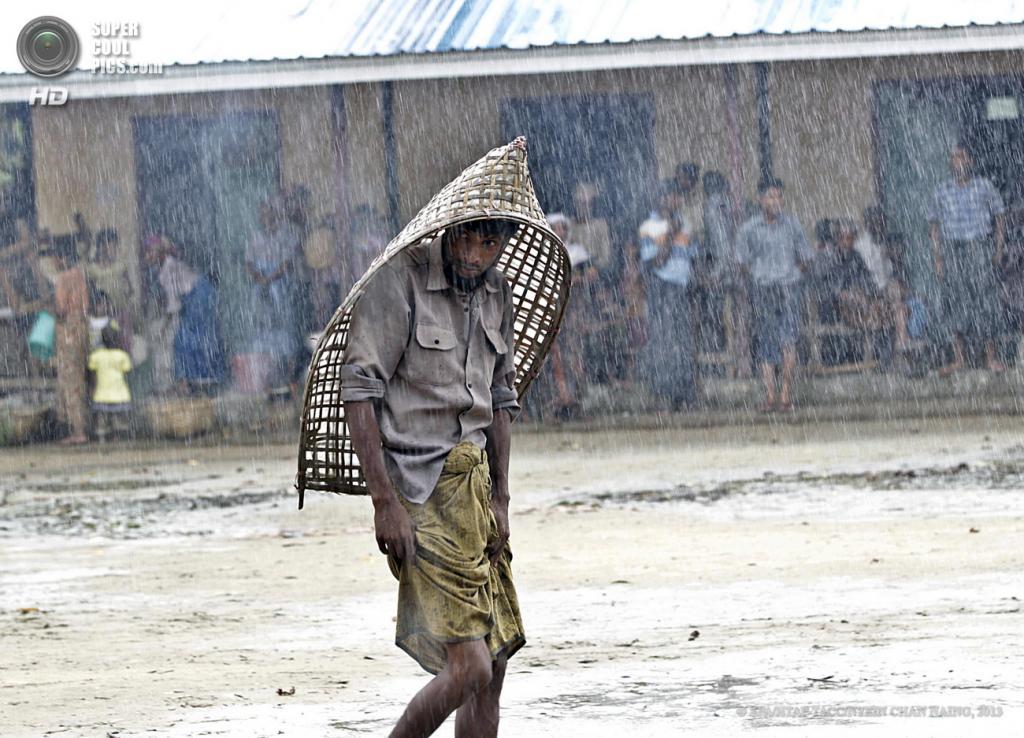 Мьянма. Ситуэ. Во время эвакуации жителей лагеря ThetKalPyin для временно перемещенных лиц в связи с приближением циклона «Махасен». (EPA/ИТАР-ТАСС/NYEIN CHAN NAING)