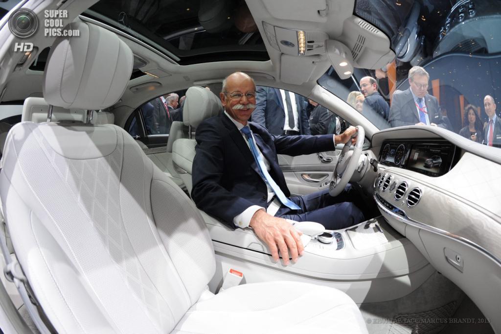 Германия. Гамбург. 15 мая. Председатель правления Daimler AG Дитер Цетше в салоне нового седана Mercedes-Benz S-Class. (EPA/ИТАР-ТАСС/MARCUS BRANDT)