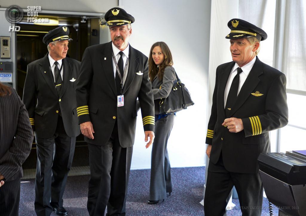 США. Чикаго, Иллинойс. 20 мая. Члены экипажа сходят с борта Boeing 787 Dreamliner. (EPA/ИТАР-ТАСС/TANNEN MAURY)