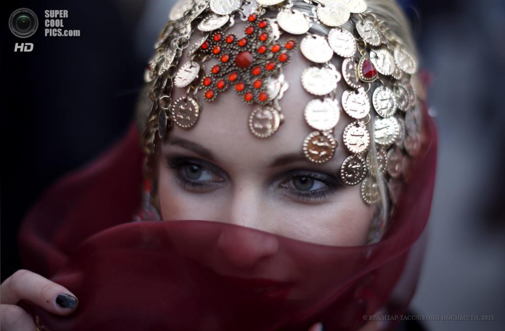 Австрия. Вена. 25 мая. Гости в маскарадных костюмах прибывают на благотворительный «Бал жизни». (EPA/ИТАР-ТАСС/GEORG HOCHMUTH)