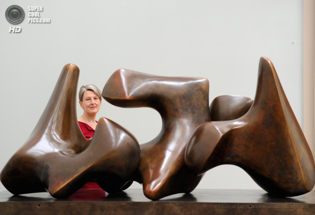 Великобритания. Лондон. 13 мая. Директор галереи Пенелопа Кёртис у скульптуры Генри Мура на пресс-показе выставки «Walk Through British Art» в галерее Тейт-Британия. (EPA/ИТАР-ТАСС/FACUNDO ARRIZABALAGA)