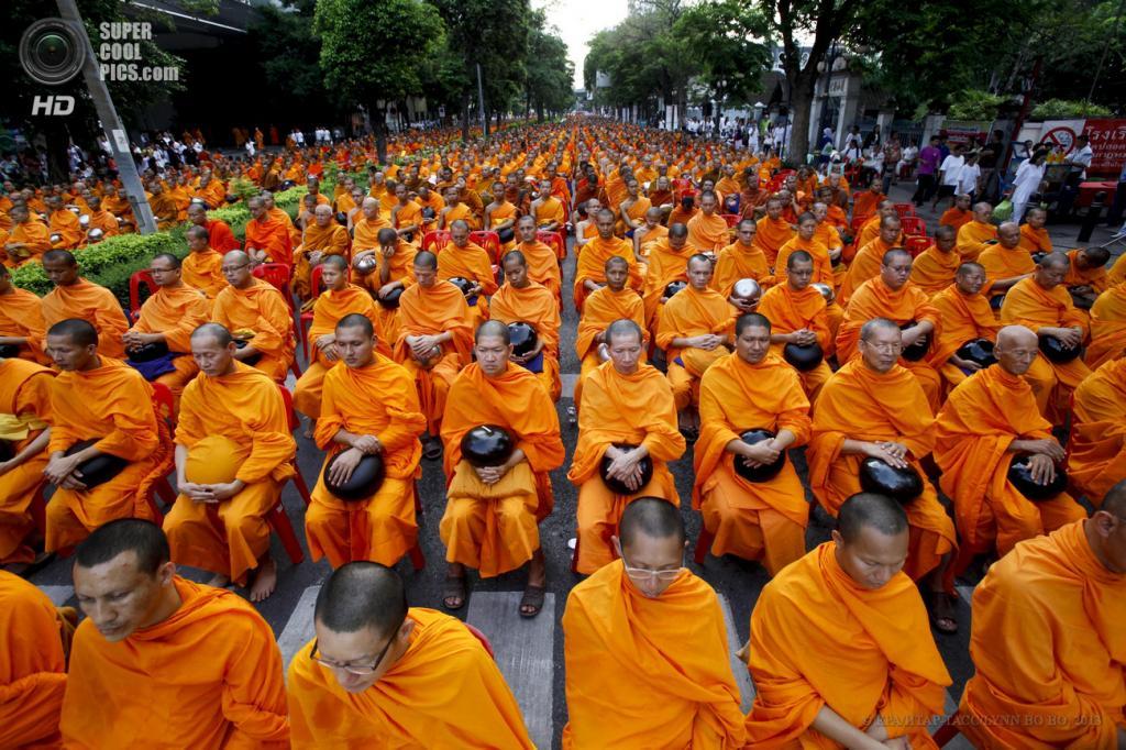 Таиланд. Бангкок. 19 мая. Во время утренней молитвы в честь предстоящего праздника Весак. (EPA/ИТАР-ТАСС/LYNN BO BO)