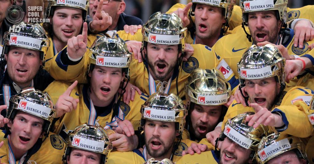 Швеция. Стокгольм. 19 мая. Чемпионы мира в золотых шлемах. (ИТАР-ТАСС/Елена Руско)