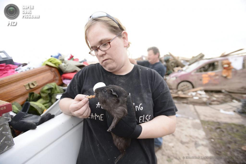 США. Мур, Оклахома. 21 мая. Последствия торнадо. (EPA/ИТАР-ТАСС/TANNEN MAURY)