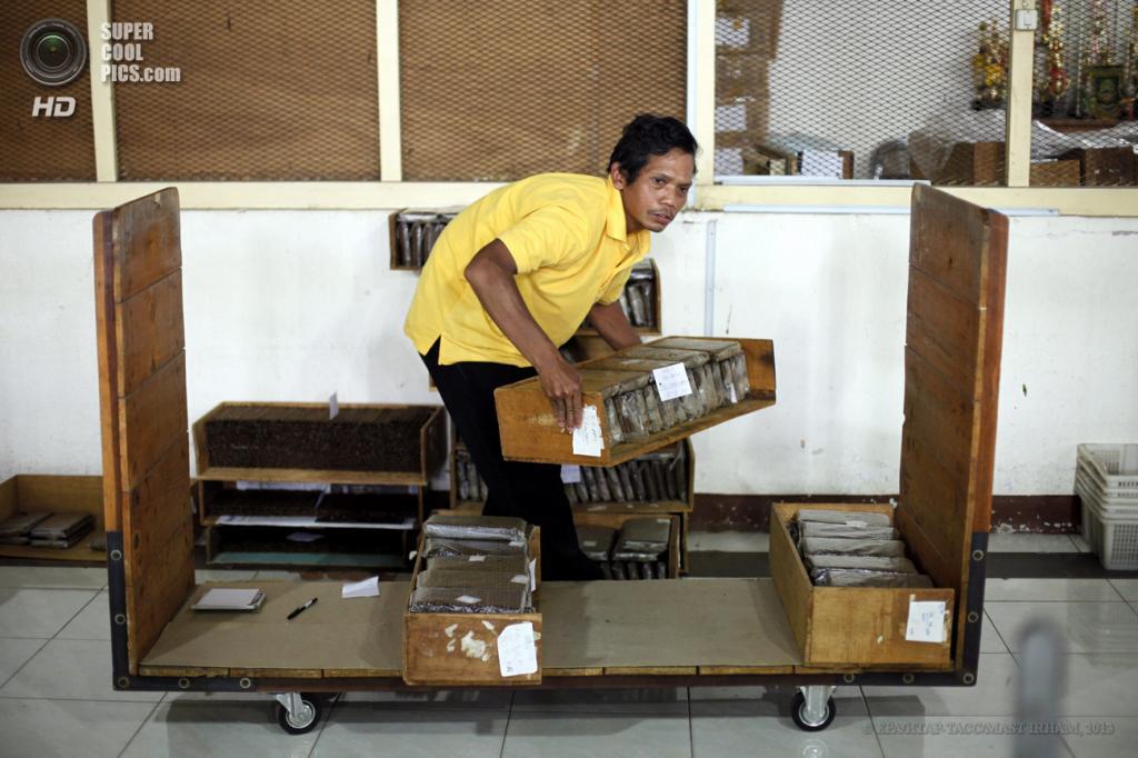 Индонезия. Джокьякарта. 23 мая. На фабрике по производству сигар PD Taru Martani. (EPA/ИТАР-ТАСС/MAST IRHAM)
