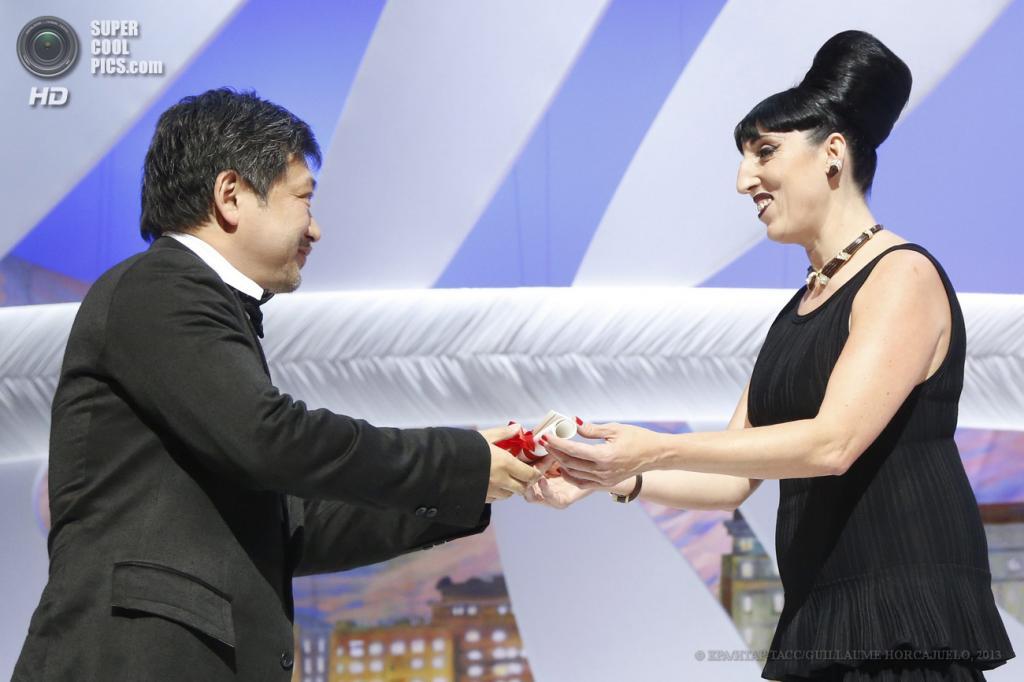 Франция. Канны. 26 мая. Японский режиссёр Хирокадзу Корээда (слева). (EPA/ИТАР-ТАСС/GUILLAUME HORCAJUELO)