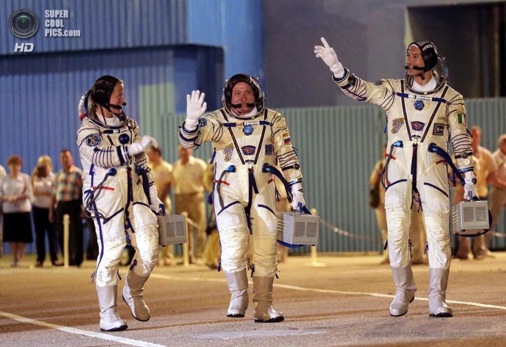 Казахстан. Байконур. 29 мая. Карен Найберг, Фёдор Юрчихин и Лука Пармитано (слева направо) идут к космическому кораблю «Союз ТМА-09М». (EPA/ИТАР-ТАСС/MAXIM SHIPENKOV)