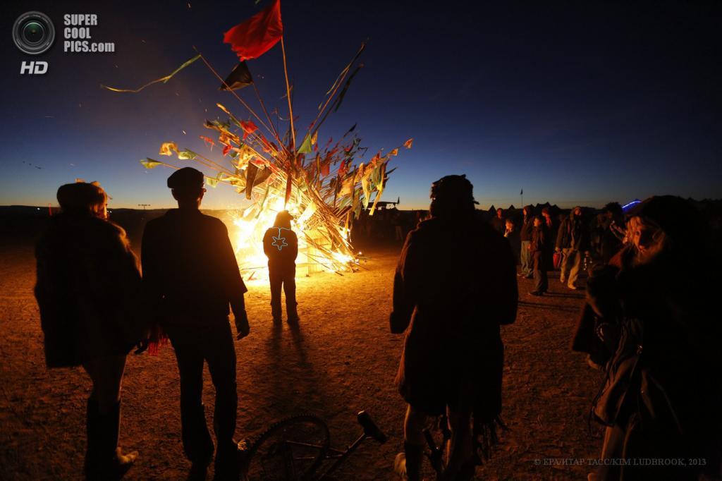 Южная Африка. Карру, Северо-Капская провинция. 5 мая. На фестивале AfrikaBurn 2013. (EPA/ИТАР-ТАСС/KIM LUDBROOK)