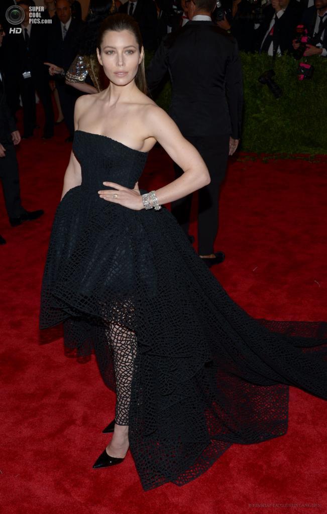 США. Нью-Йорк. 6 мая. Актриса Джессика Бил в платье Gimabattista Valli. (EPA/ИТАР-ТАСС/JUSTIN LANE)