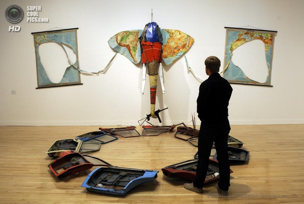 Великобритания. Лондон. 13 мая. Работник галереи у инсталляции Билла Вудроу «Elephant» на пресс-показе выставки «Walk Through British Art» в галерее Тейт-Британия. (EPA/ИТАР-ТАСС/FACUNDO ARRIZABALAGA)