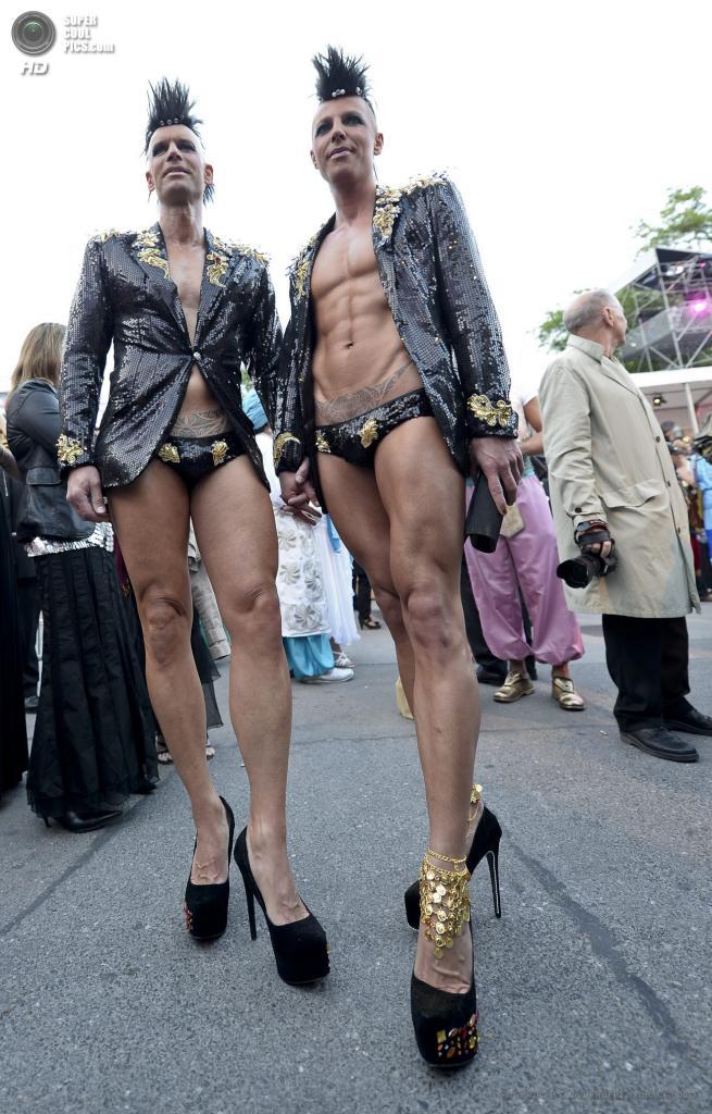 Австрия. Вена. 25 мая. Гости в маскарадных костюмах прибывают на благотворительный «Бал жизни». (EPA/ИТАР-ТАСС/HERBERT NEUBAUER)