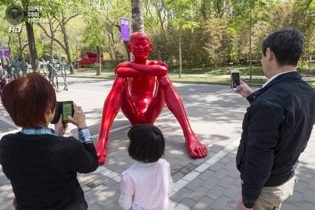 Китай. Пекин. «Детство — Горизонт» китайского скульптора Чэня Вэньлина. (EPA/ИТАР-ТАСС/ADRIAN BRADSHAW)