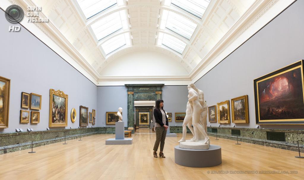 Великобритания. Лондон. 13 мая. Работница галереи у скульптуры Джона Гибсона «Hylas Surprised by Naiades» на пресс-показе выставки «Walk Through British Art» в галерее Тейт-Британия. (EPA/ИТАР-ТАСС/FACUNDO ARRIZABALAGA)