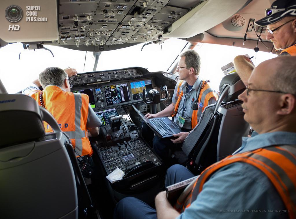 США. Чикаго, Иллинойс. 20 мая. Механики проверяют все системы Boeing 787 Dreamliner. (EPA/ИТАР-ТАСС/TANNEN MAURY)