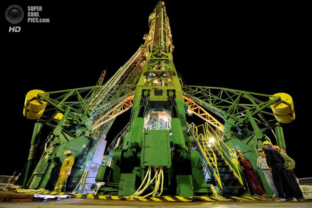 Казахстан. Байконур. 29 мая. Техники и инженеры проверяют готовность космического корабля «Союз ТМА-09М». (EPA/ИТАР-ТАСС/KIRILL KUDRYAVTSEV/POOL)