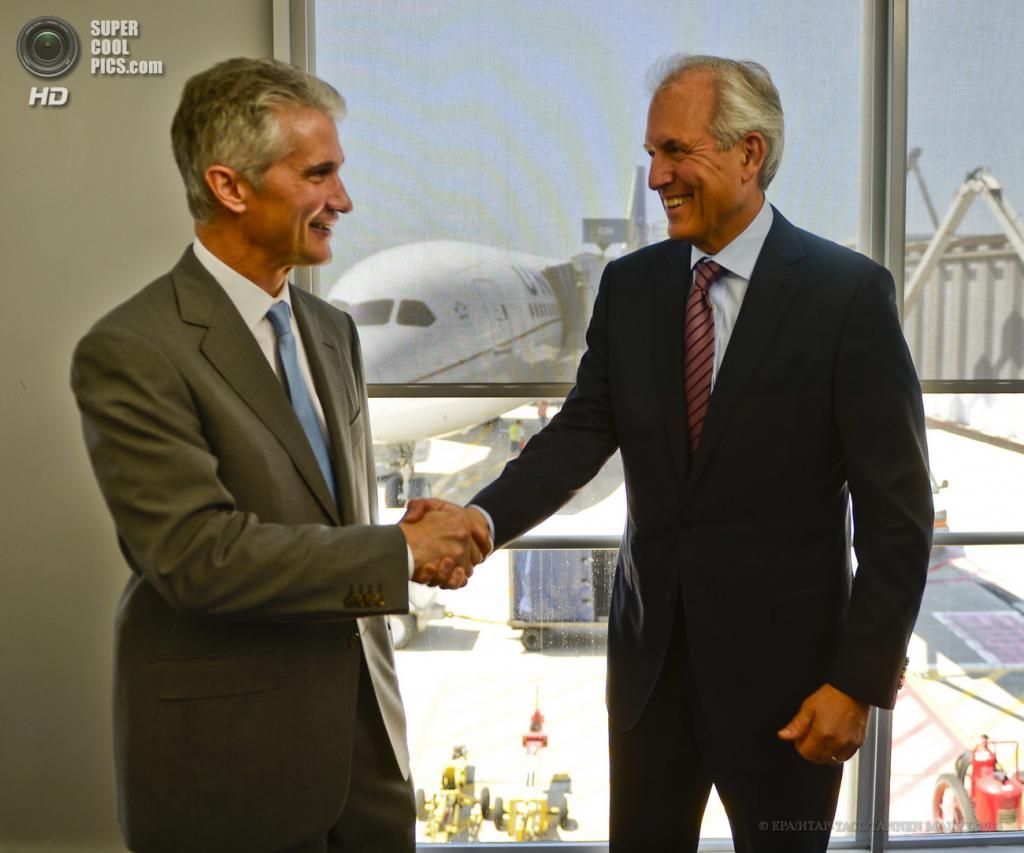 США. Чикаго, Иллинойс. 20 мая. Главный исполнительный директор United Airlines Джефф Смайсек (слева) и главный исполнительный директор Boeing Джим Макнерни пожимают друг другу руки. (EPA/ИТАР-ТАСС/TANNEN MAURY)