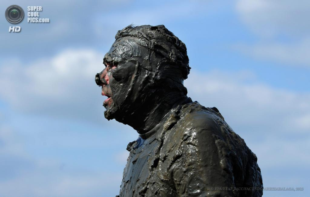 Великобритания. Молдон, Англия. 5 мая. Благотворительный забег в грязи Maldon Mud Race 2013. (EPA/ИТАР-ТАСС/FACUNDO ARRIZABALAGA)