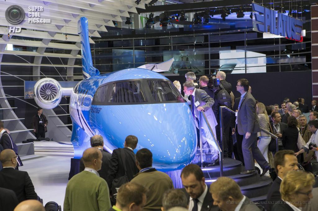 Швейцария. Женева. 21 мая. Во время презентации Pilatus PC-24 Twin-Jet на выставке бизнес-авиации EBACE 2013. (EPA/ИТАР-ТАСС/SALVATORE DI NOLFI)