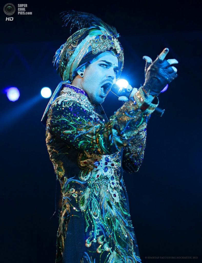 Австрия. Вена. 25 мая. Американский певец Адам Ламберт на сцене во время церемонии открытия благотворительного «Бала жизни». (EPA/ИТАР-ТАСС/GEORG HOCHMUTH)