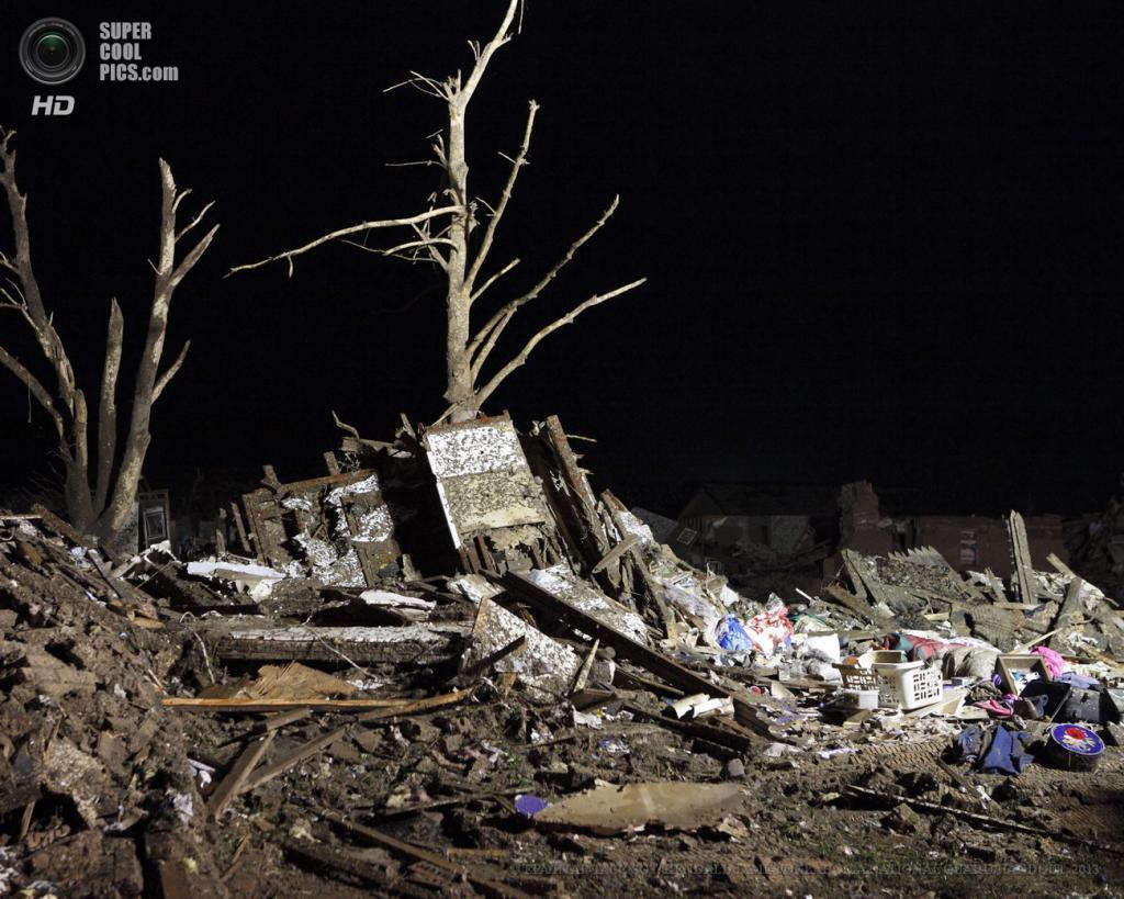 США. Мур, Оклахома. 21 мая. Национальная гвардия спешит на помощь пострадавшим от разрушительного торнадо. (EPA/ИТАР-ТАСС/SGT. KENDALL JAMES/OKLAHOMA NATIONAL GUARD/HANDOUT)