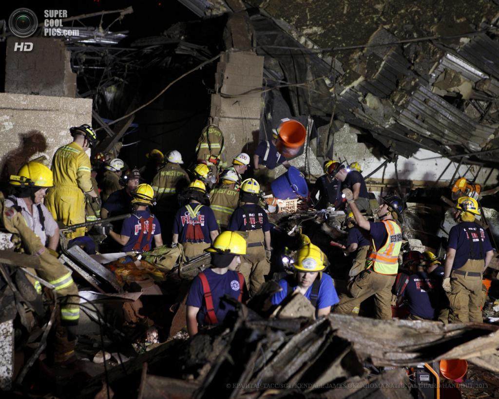 США. Мур, Оклахома. 21 мая. Спасательные работы. (EPA/ИТАР-ТАСС/SGT. KENDALL JAMES/OKLAHOMA NATIONAL GUARD/HANDOUT)