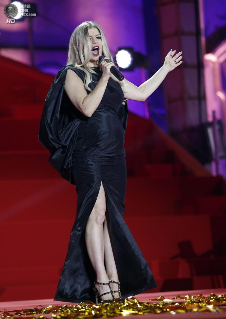 Австрия. Вена. 25 мая. Американская певица Ферги на сцене во время церемонии открытия благотворительного «Бала жизни». (EPA/ИТАР-ТАСС/GEORG HOCHMUTH)