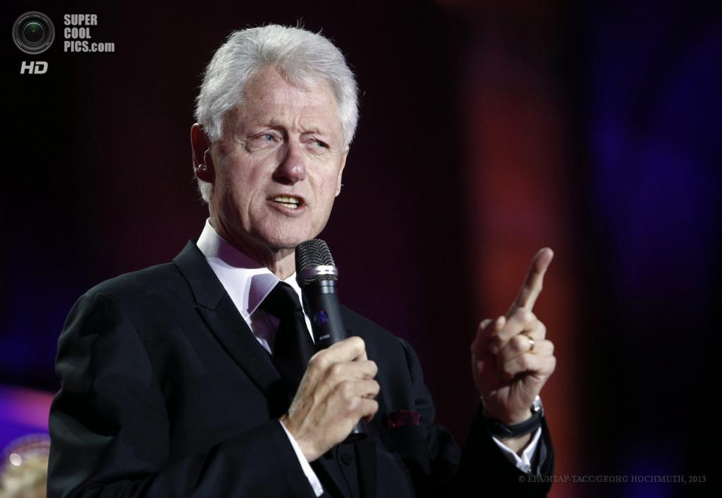 Австрия. Вена. 25 мая. Бывший президент США Билл Клинтон на сцене во время церемонии открытия благотворительного «Бала жизни». (EPA/ИТАР-ТАСС/GEORG HOCHMUTH)