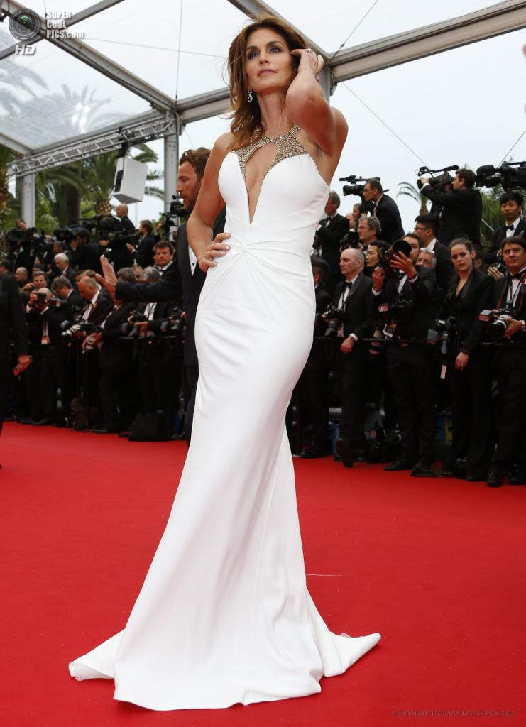 Франция. Канны. 15 мая. Американская модель Синди Кроуфорд на церемонии открытия 66-го Каннского кинофестиваля. (EPA/ИТАР-ТАСС/IAN LANGSDON)