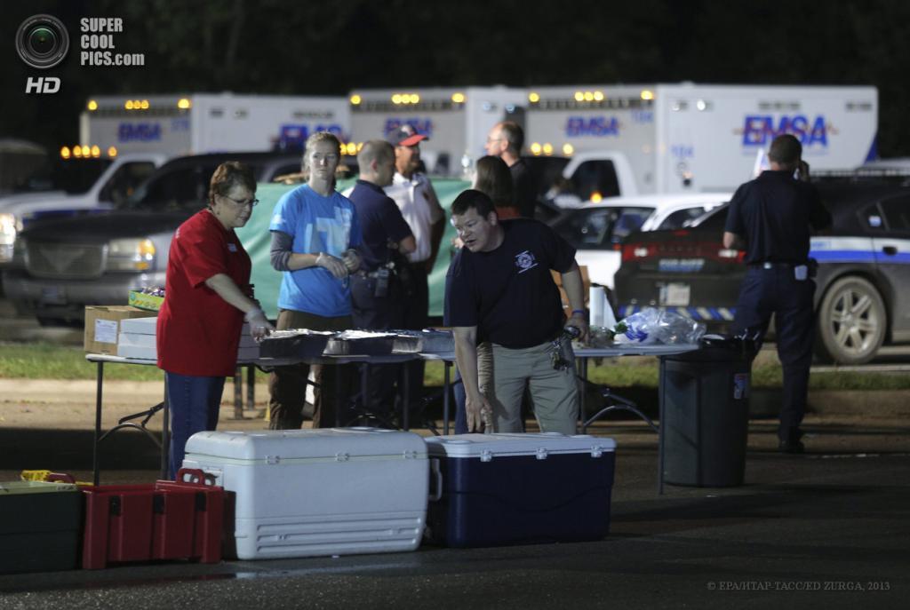 США. Мур, Оклахома. 21 мая. Члены Американского Красного Креста раздают еду и медикаменты. (EPA/ИТАР-ТАСС/ED ZURGA)